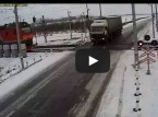 شاحنة تُسحق بين قطارين
