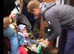 شاهد... الأمير هاري يساعد طفلة فقدت حذاءها على طريقة سندريلا