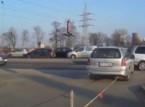شاهد.. فتاة روسية كادت تتسبب في حادث سير غريب