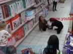 فيديو خطير عفريت يسكن جسد امراة داخل محل تجاري.. شاهد كيف كانت ردت فعلها