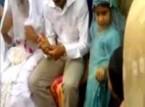عروس تعض يد زوجها في الكوشة بسبب نظراته لصديقتها
