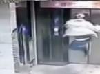 شاهد... سقط في بئر المصعد بعد أن حطم بابه بركلة واحدة