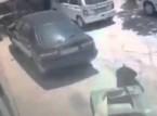 بالفيديو.. شاهد لحظة سقوط تكييف على رأس رجل