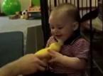 فيديو.. رد فعل طفله خلال لعبه بـ«دمية»