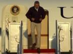 شاهد.. أوباما يكاد ينزلق على سلالم طائرته الرئاسية