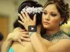 شاهد..  لحظات مؤثرة في رقصات الأمهات والآباء في حفل زفاف أبنائهم
