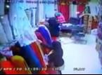 شاهد.. فتاة تستخدم طفل لتنفيذ عملية سرقة محل