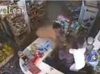 شاهد.. 3 لصوص يهاجمون صاحب متجر ويسرقونه