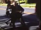 شاهد..  مراهقتان تعتديان على رجل مسن في حديقة عامة