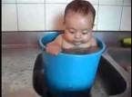 بالفيديو.. رضيع يسبح داخل «دلو ماء»