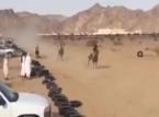 فيديو: فارس ينحرف بحصانه عن السباق