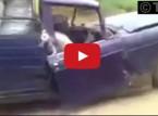 شاهد : إفريقي يسوق سيارة شبه مفككة