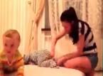 بالفيديو..معاناة الأم مع طفليها التوأم عند تغيير ملابسهما
