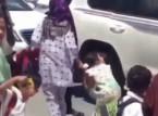 شاهد.. خادمة تسحب طفلة صغيرة من شعرها في الشارع