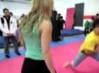 بالفيديو.. أقوى فتاة في العالم تهزم 8 أشخاص