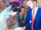 شاهد.. عريس ينفعل على عروسته ويضربها أمام المدعوين
