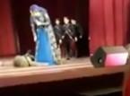 شاهد..  راقص يسقط على المسرح جثة هامدة وسط تصفيق الجمهور
