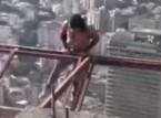 فيديو :يمارس التمارين معلقا