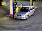 بالفيديو: حاولت منعه من سرقة الوقود... فكيف كان مصيرها؟