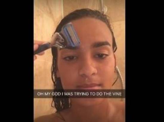 بالفيديو: فتاة تحلق حاجبها بالخطأ أثناء الاستحمام.. ماذا حلّ بها؟