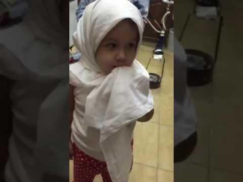بالفيديو - طفلة سورية تتسول بالحجاب الابيض.. شاهدوا طرافتها