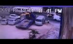 شاهد بالفيديو:  حادث الدهس في حي السلالم بالسلط من قبل سيارة خليجية
