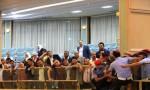 بالصور والفيديو : مواطن يهدد بالانتحار من على شرفة مجلس النواب
