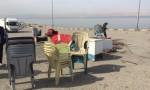 بالصور .. ازالة أكشاك مخالفة على طريق البحر الميت