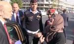 بالفيديو : سيدة تقطع موكب الرزاز شاهدوا ماذا طلبت منه