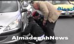 بالفيديو .. لا يحدث إلا في الأردن .. ضابط يستبدل إطار سيارة لمواطن في الشارع