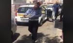 رجل سير يوزّع الحلويات بعد اجراء الكروكة.. فيديو