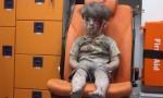 فيديو مؤثر.. طفل أصيب بغارة على مدينة حلب يتلمس دماء وجهه
