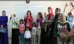بالفيديو : الوزيرة والبرلمانيات يصفقن ويغنين مع أطفال في العقبة