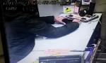 بالفيديو : لحظة سرقة هاتف محمول من احد المحلات في عمان