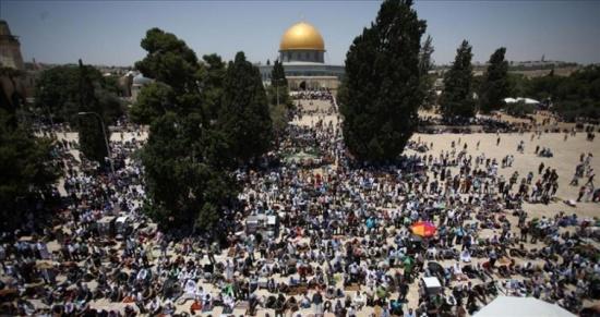 300 ألف فلسطيني يصلون الجمعة الثانية من رمضان في
