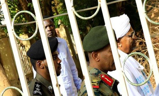 دفاع البشير يطالب بتأجيل محاكمته بسبب وفاة والدته