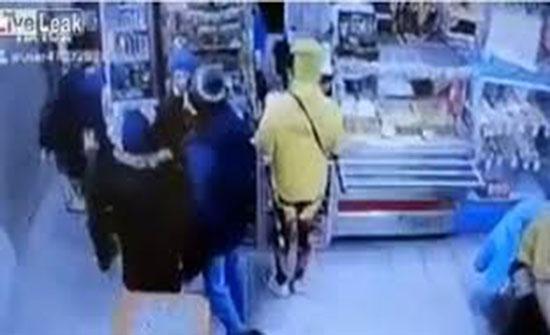 رجل يعتدي على زبائن بسبب سيدة داخل سوبر ماركت (فيديو)
