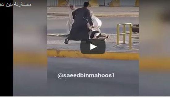 شاهد مشاجرة عنيفة بين عجوزين في الشارع (فيديو)