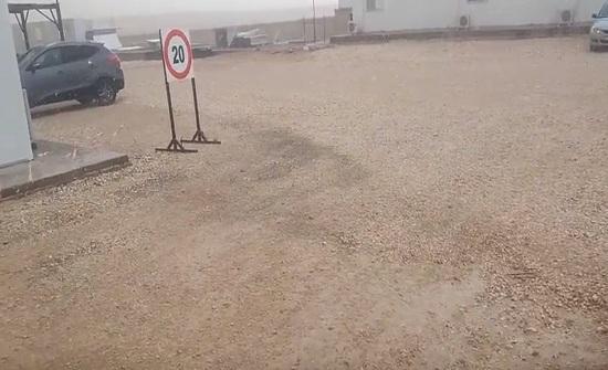 بالفيديو : شاهد تساقط كثيف للبرد على الطريق الصحراوي