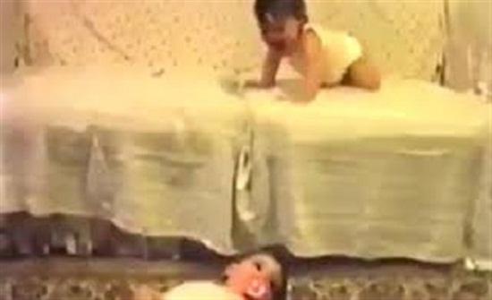 رد فعل صادم لطفل رضيع سقط شقيقه أمامه (فيديو)