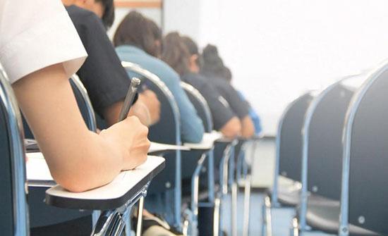وزير التربية يطلع على سير الاختبار التقييمي لطلبة الصف الثالث الاساسي