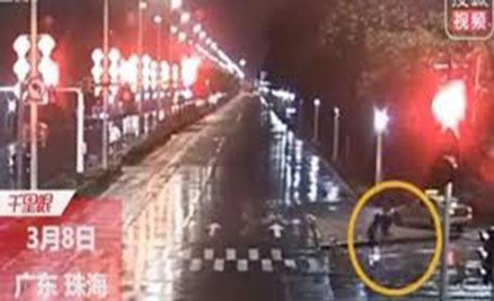 رد فعل صادم لفتاة تشاجرت مع حبيبها وتركها في الشارع (فيديو)