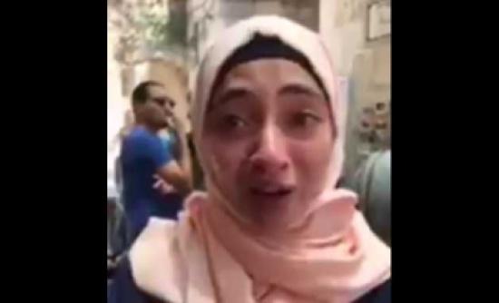 فلسطينية تبكي حرقة بسبب إجراءات الاحتلال على بوابات المسجد الأقصى… شاهد ماذا قالت