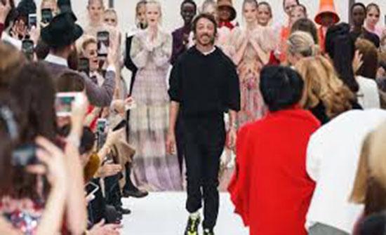 """بالصور.. أزياء شاعرية غامضة في عرض """"فالنتينو"""" بأسبوع الموضة الباريسي"""