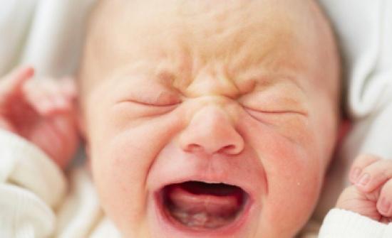 فيديو غريب لطفل يبكي من ضحكة والده فقط .. شاهد ماذا حصل