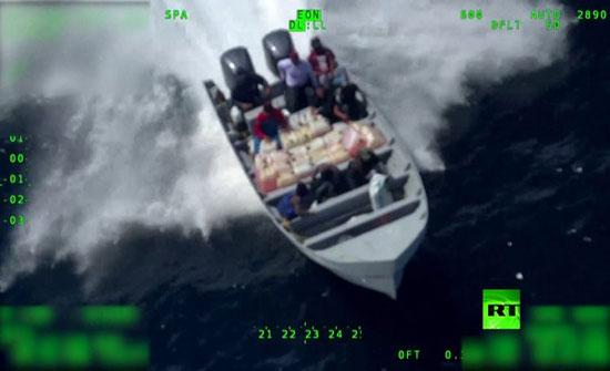 شاهد: حاولوا التخلص من البضاعة.. مطاردة هوليوودية لمهربي كوكايين في المحيط الهادئ