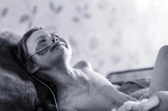 أصعب صورة يمكن أن يلتقطها أب لابنته....لكن وفروا دموعكم حتى تقرأوا الرسالة !!