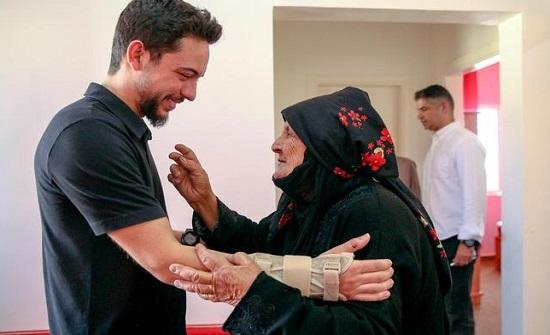 بالفيديو والصور : الامير حسين يصطحب الحاجة الإحيوات إلى منزلها الجديد