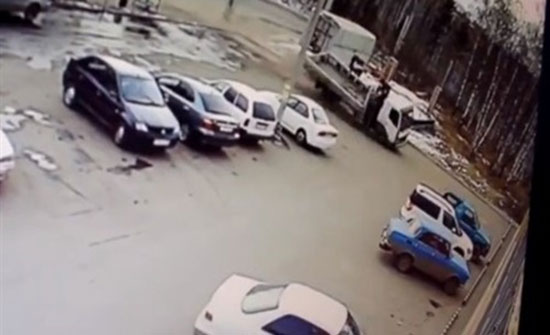 بالفيديو : لحظة اقتحام شاحنة لسوبر ماركت