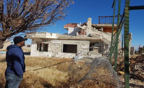 بالصور- نجم سوري امام منزله المتهدم في الحرب